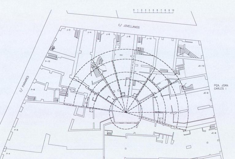 Superposición teatro-manzana de casas